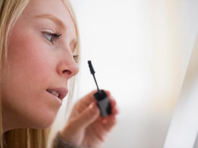 狙击清晨眼睛浮肿如何化眼妆更合适?
